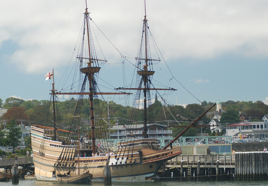 Mayflower_The-Mayflower-II-in-Plymouth-Harbor